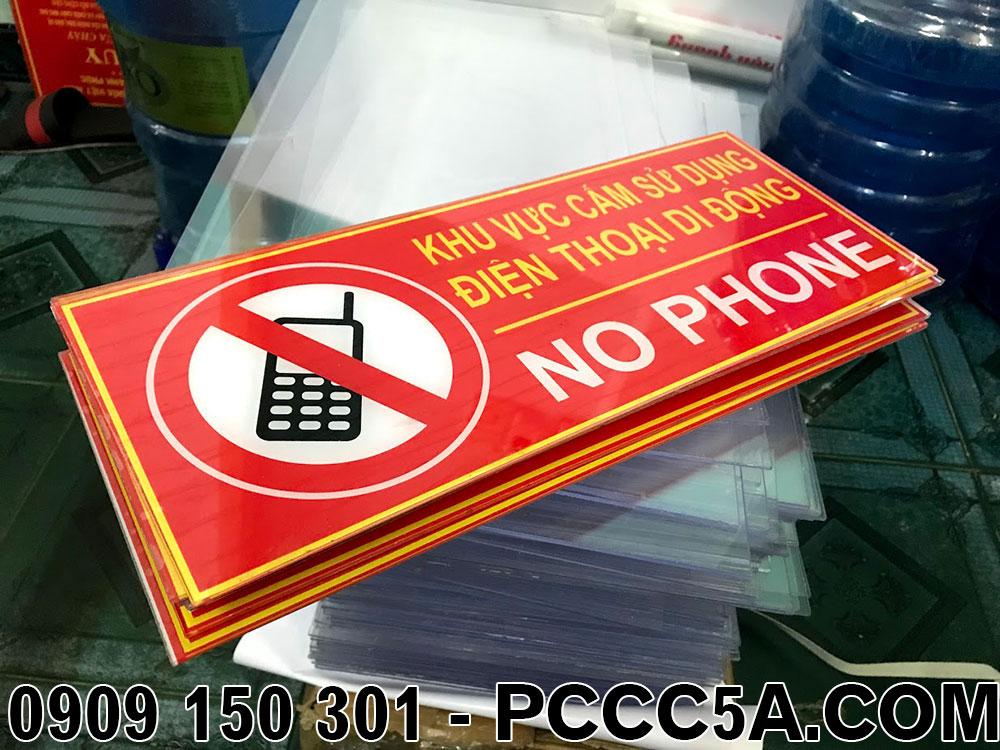 Bảng cấm sử dụng điện thoại bằng mica cho cây xăng